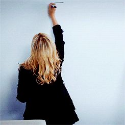 женщина рисует круг