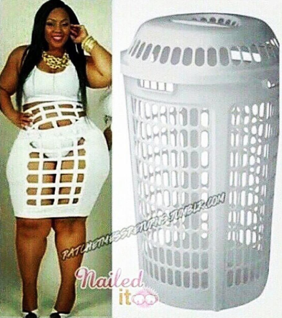 чернокожая девушка в белом платье и мусорное ведро