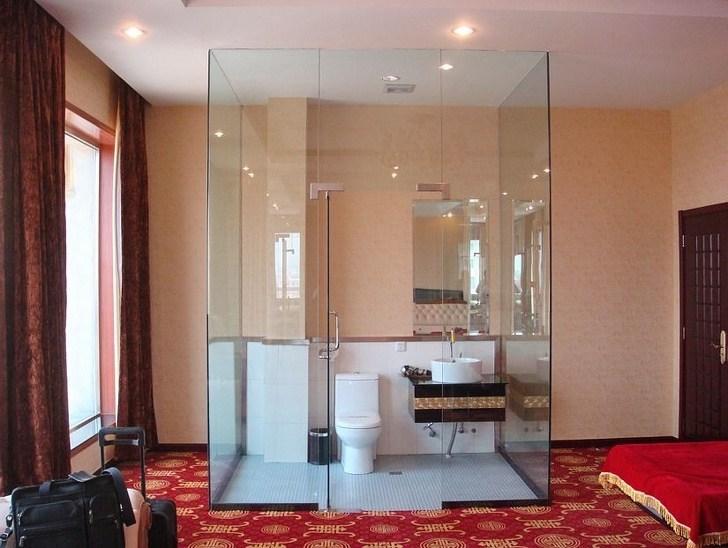 застеклённый туалет в номере
