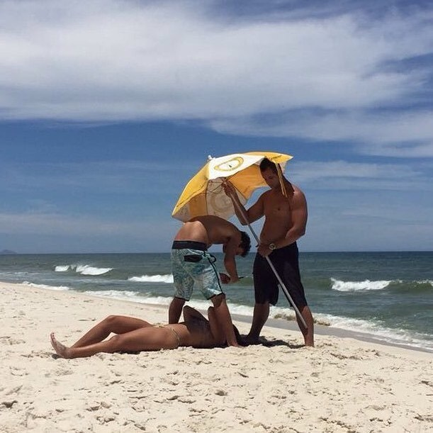 парни на пляже фотографируют девушку