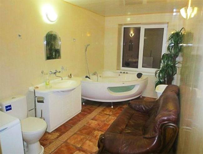 диван в ванной