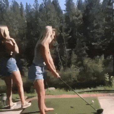 девушки играют в гольф