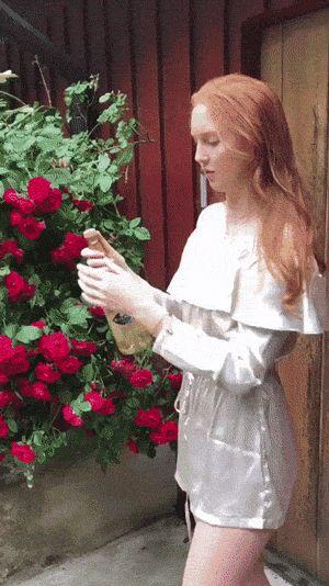 девушка роняет бутылку с шампанским