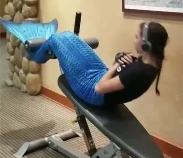 девушка с хвостом русалки качает пресс