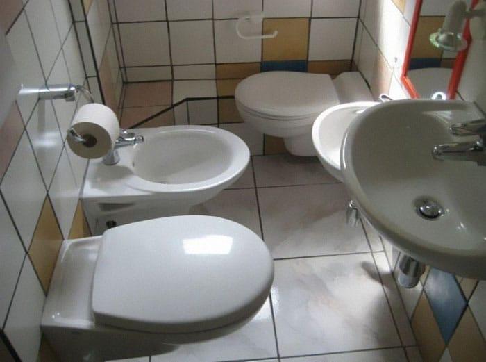 несколько унитазов в туалете