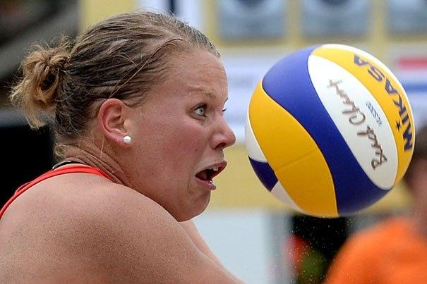 волейболистка и мяч