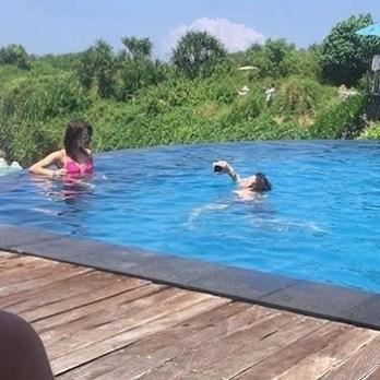 пара в бассейне
