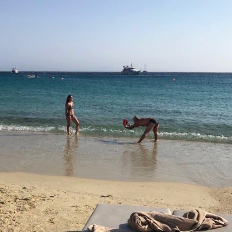 девушка и мужчина на пляже