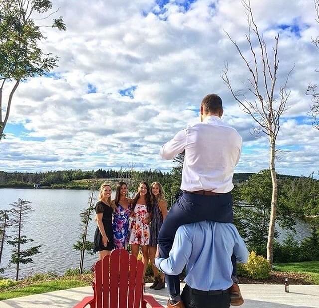 парни фотографируют девушек