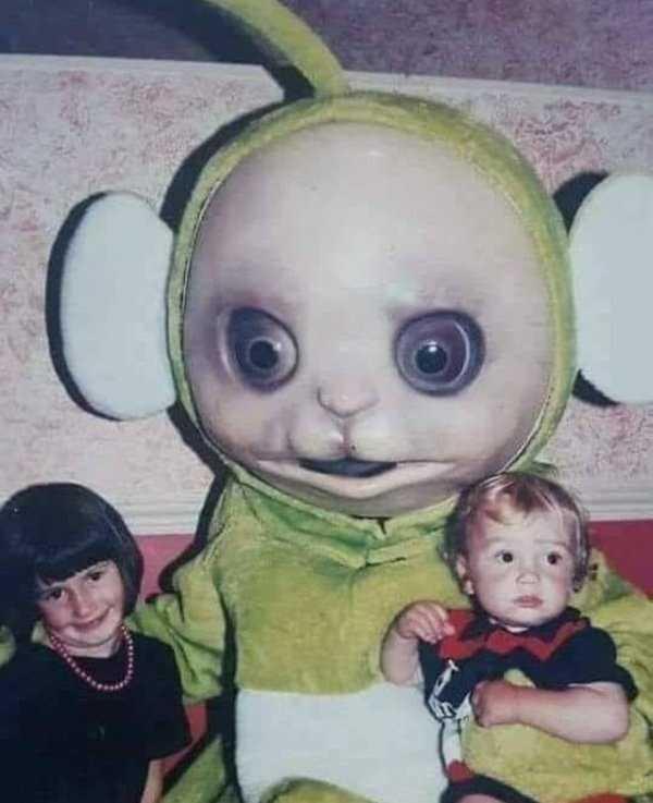 дети рядом с игрушкой