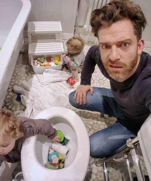 отец со своими детьми в туалете