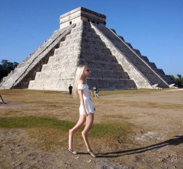 блондинка на фоне пирамиды