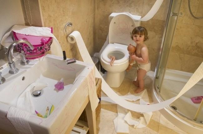 ребенок устроил беспорядок в ванной комнате