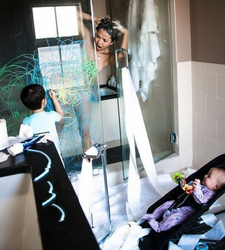 ребенок рисует в ванной комнате
