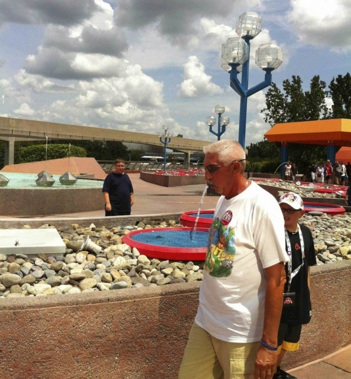 мужчина и фонтан