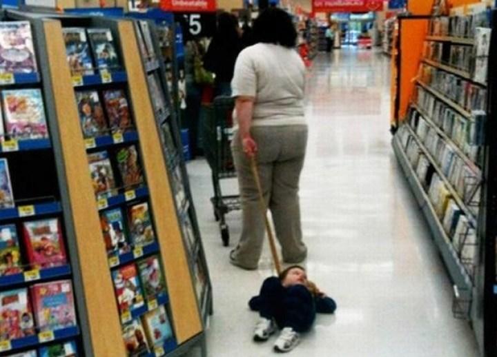 мама и её ребёнок на поводке
