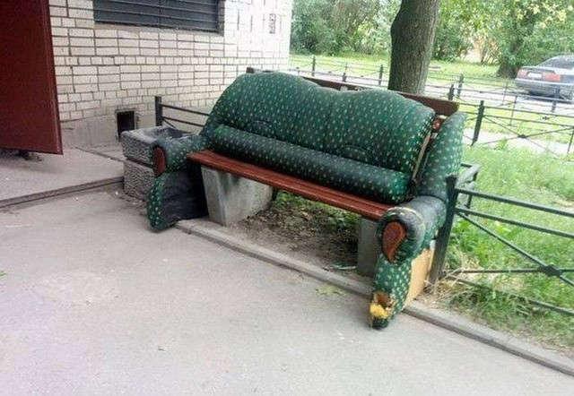 диван перед подъездом