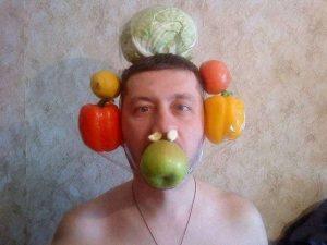 мужчина с овощами на голове