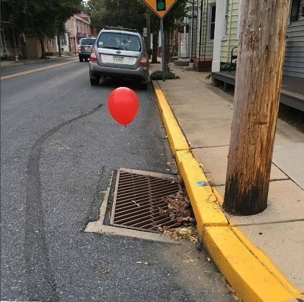 красный шарик на улице