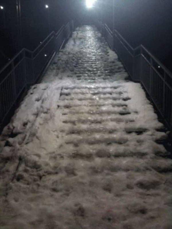 обледенелая лестница