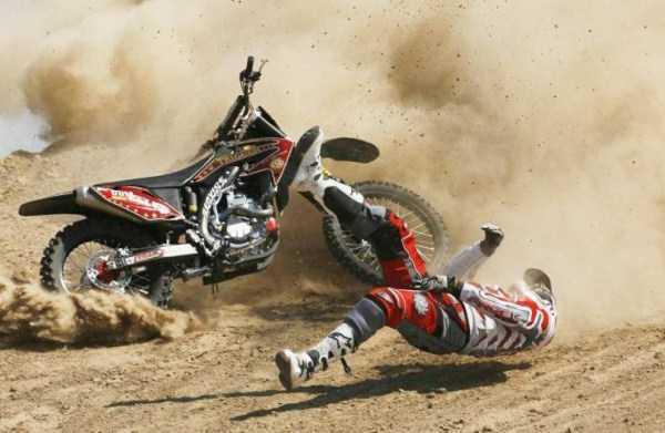мотоциклист падает во время гонки