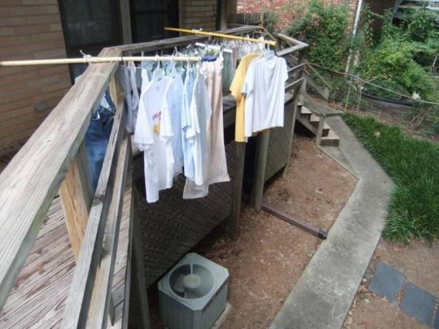 одежда сушится на палках