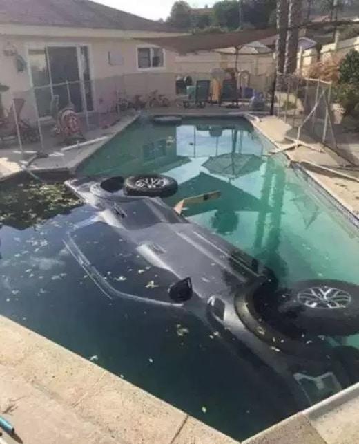 машина утонула в бассейне