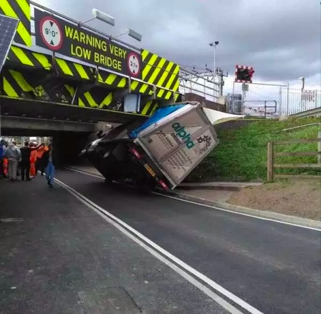 грузовик не проехал под мостом