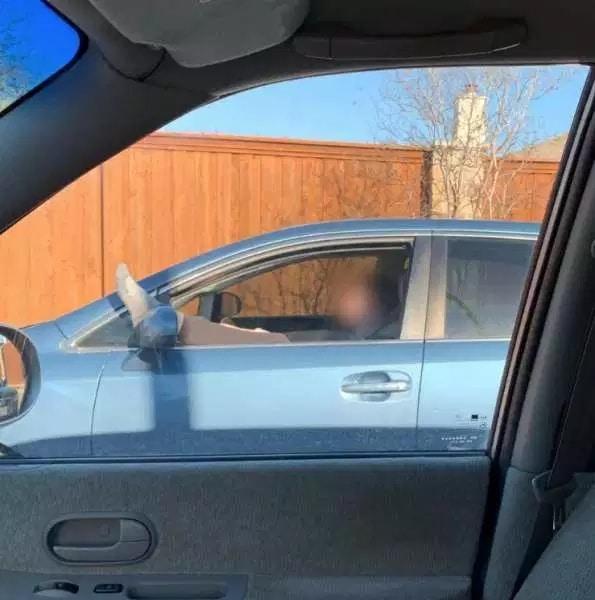 странный водитель за рулем