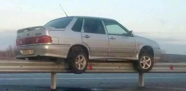 машина на разделительной полосе
