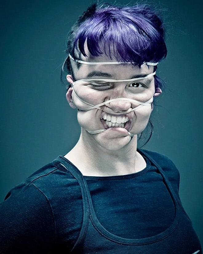 девушка с резинкой на лице