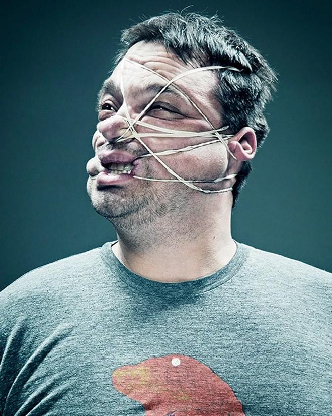 мужчина с резинкой на лице