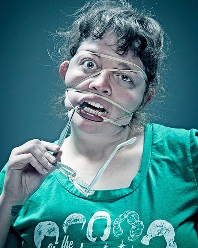женщина с резинкой на лице