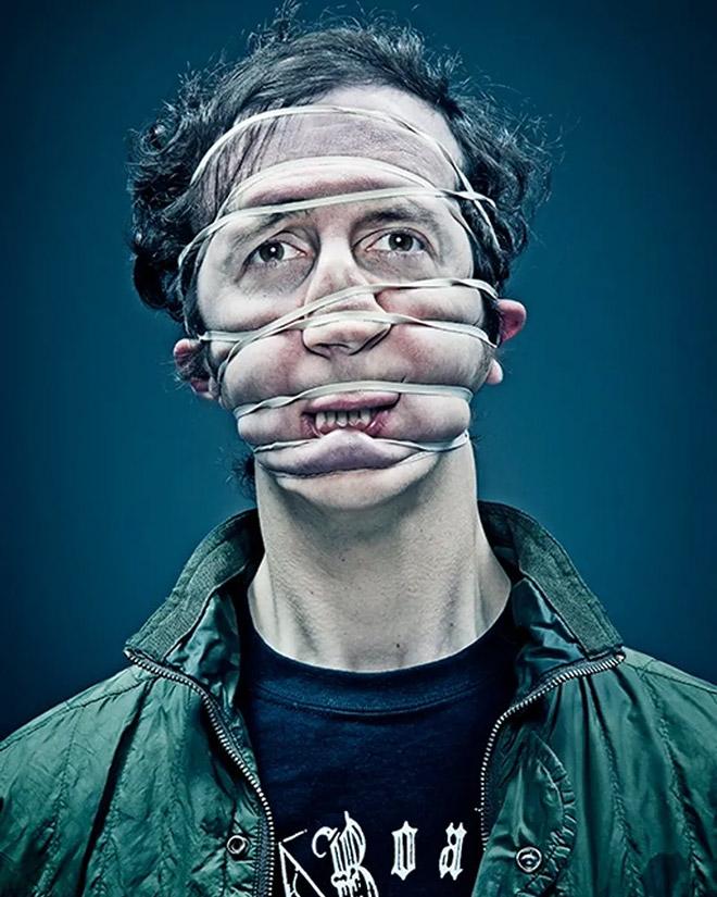 портрет с резинкой на лице