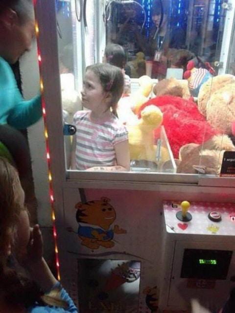девочка в автомате с игрушками