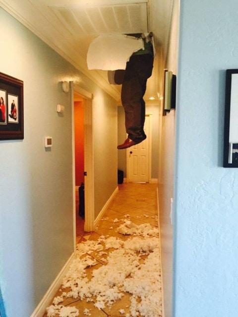 мужчина торчит в потолке