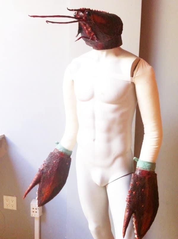 манекен с клешнями и головой рака