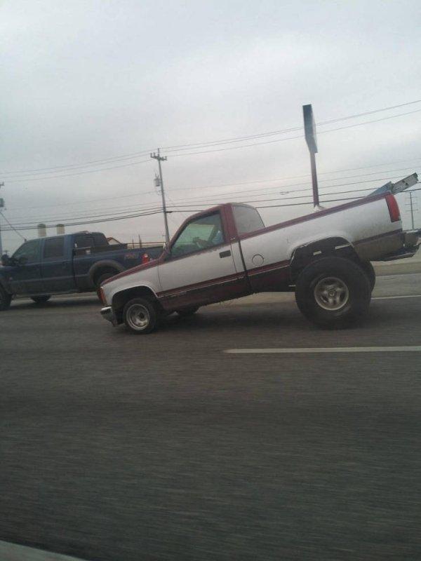 пикап на дороге