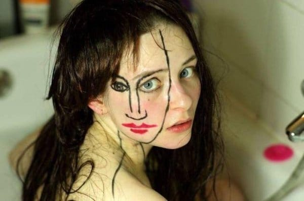 девушка с нарисованным лицом на лице