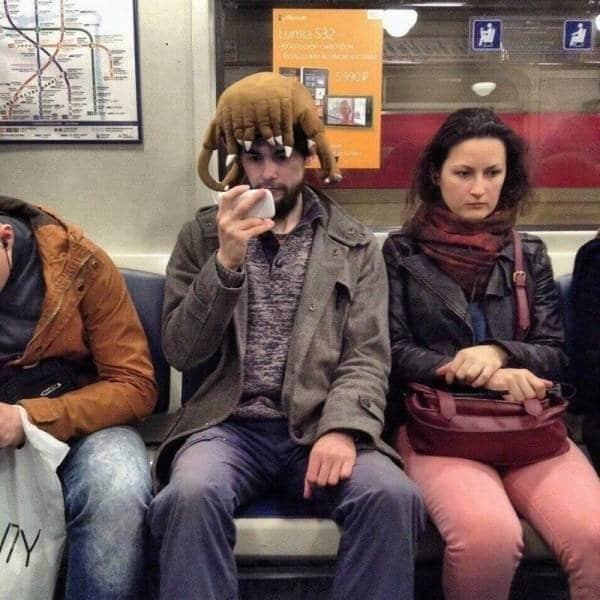 парень в странном парике в метро