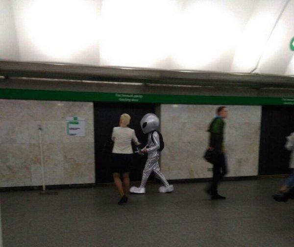 человек в костюме пришельца в метро