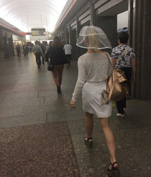 девушка в фате в метро