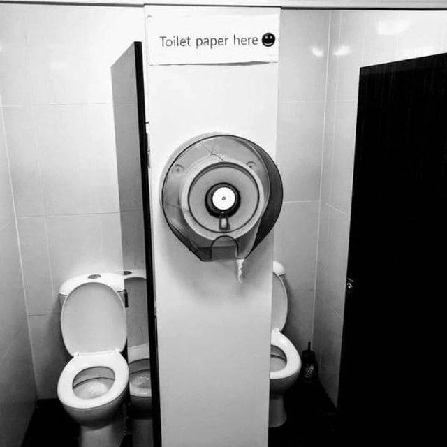 два туалета и одна туалетная бумага