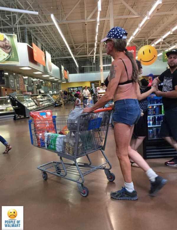 мужчина в лифчике идет по супермаркету с тележкой