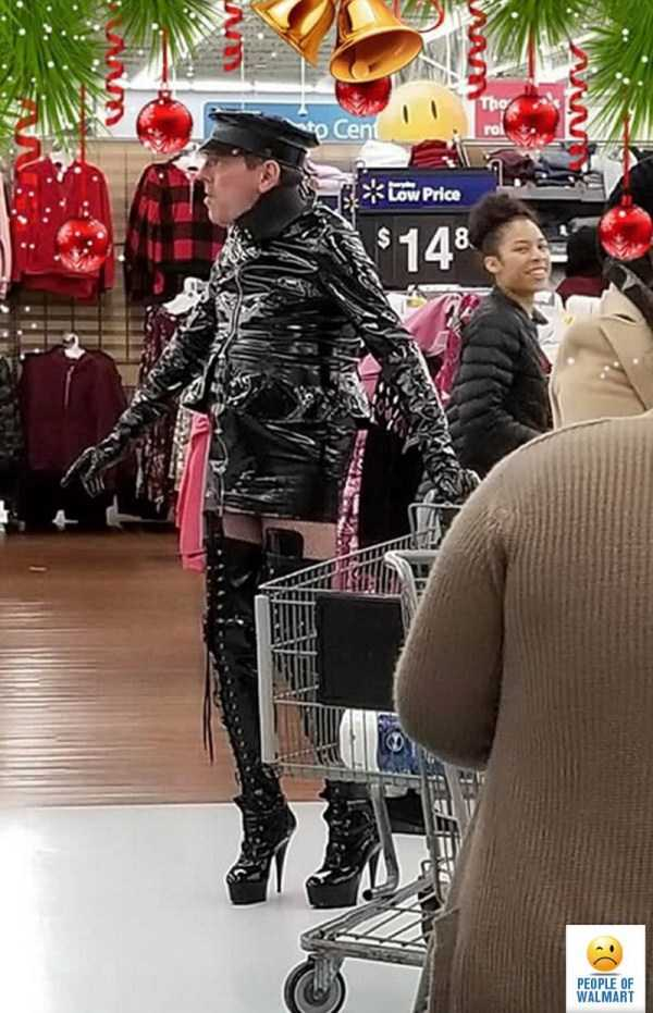 мужчина в латексном костюме на каблуках