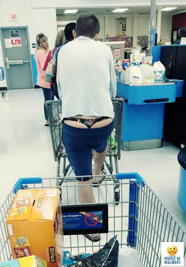 мужчина в стрингах в супермаркете
