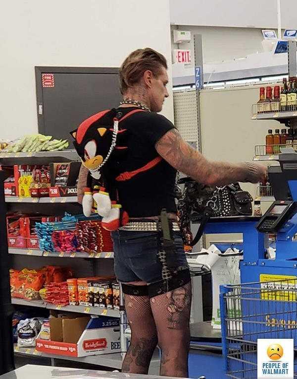 мужчина в шортах и чулках в магазине
