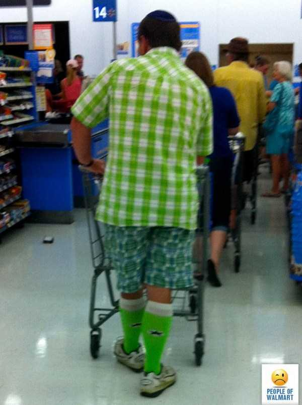 мужчина в зеленой одежде
