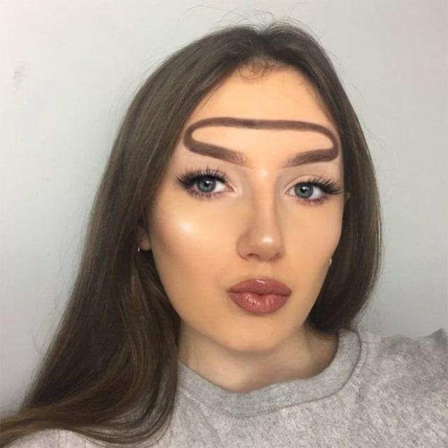 девушка с хало бровями