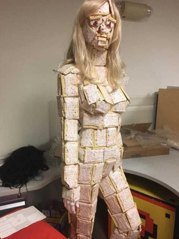 девушка облеплена кусками хлеба